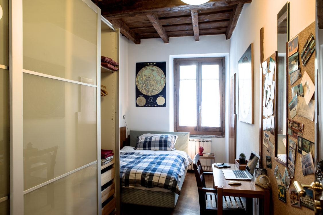Il letto della camera singola vista dal corridoio